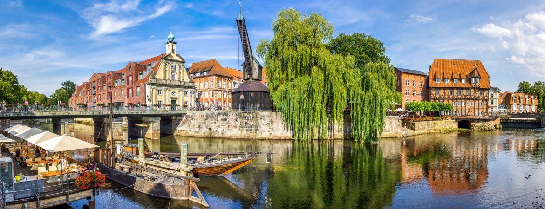 Die Altstadt in Lüneburg in Deutschland mit Fachwerkhäusern, Kran und Kanal