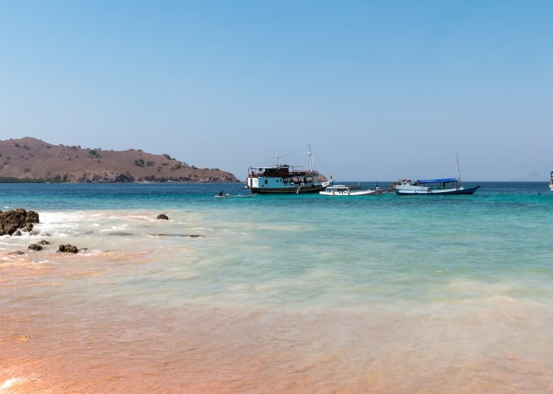 Rosafarbener Strand Pantai Merah in Indonesien