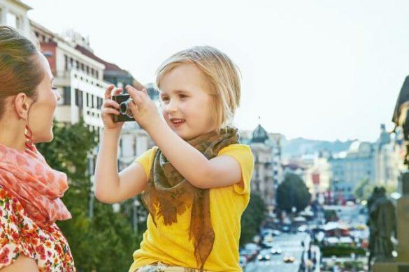 Eine Mutter genießt Prag mit ihrer Tochter