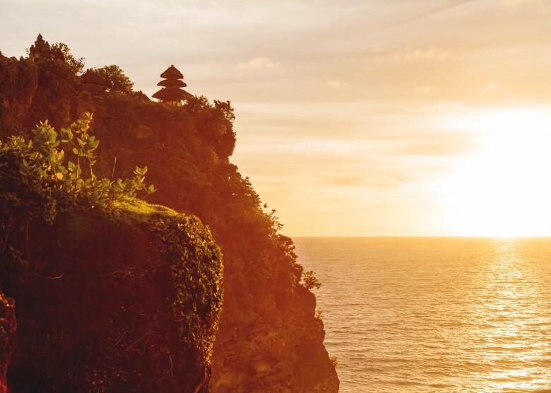 Hindutempel Pura Luhur auf Bali mit Ausblick auf das Meer