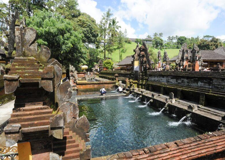 Pura Tirta Empul Temple auf Bali, Badebereich mit heiligem Quellwasser zur rituellen Reinigung