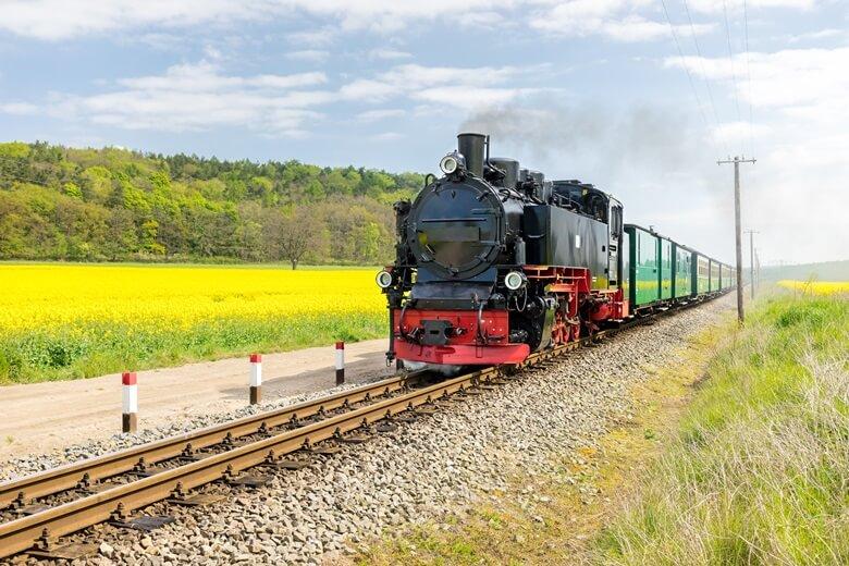 Dampflock Rasender Roland auf der Ostseeinsel Rügen in Deutschland