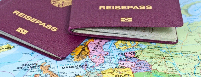 Zwei Reisepässe und Ausschnitt einer Weltkarte
