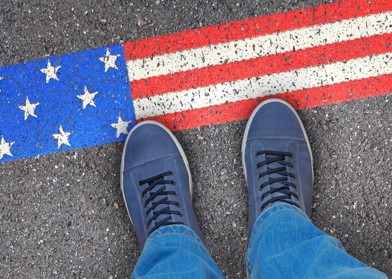 Schuhe vor amerikanischer symbolischer Grenze