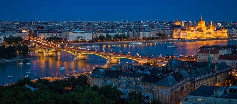 Blick vom Rosenhügel über Budapest bei Nacht