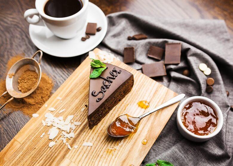 Wiener Sachertorte mit Gelee, Schokolade und Zimt