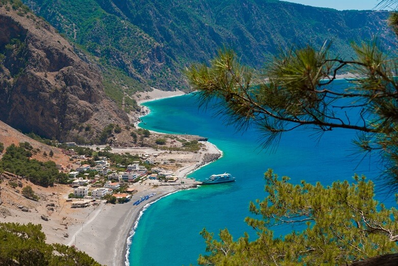 Blick von der Samaria-Schlucht auf Kreta auf das Meer