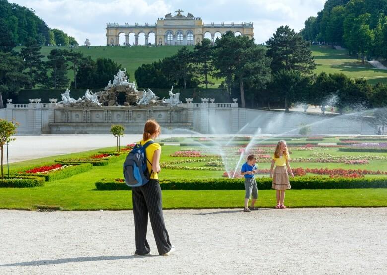 Mutter mit Kindern vor dem Schloss Schönbrunn in Wien, Österreich