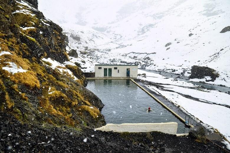 Heiße Quelle Seljavallalaug in  Island mit Blick auf Schneeberge