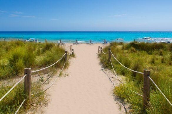 Steg zum Strand Son Bou auf Menorca