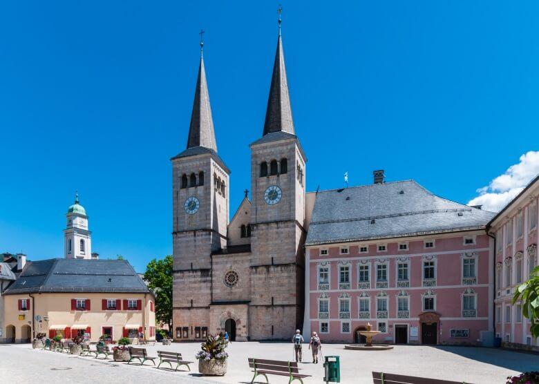 Stiftungskirche im Ortskern Berchtesgaden in Oberbayern