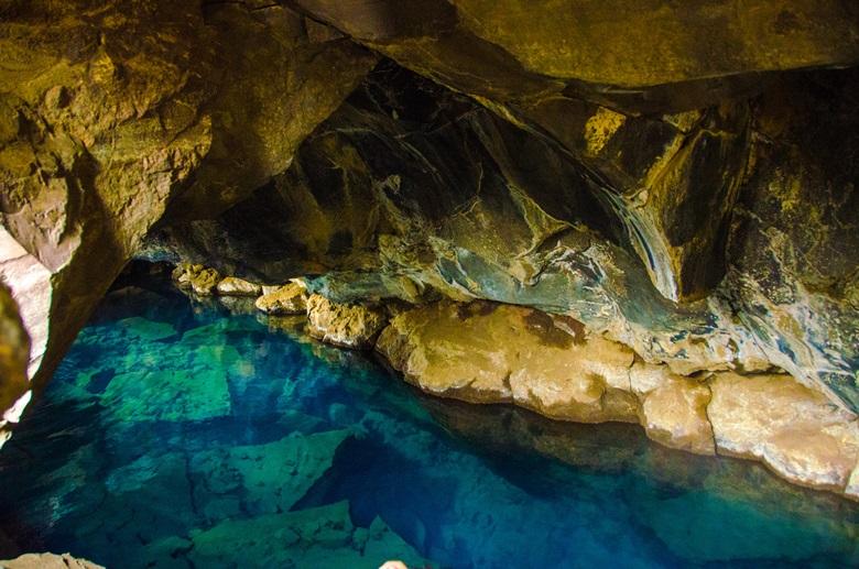 Heiße Quelle in Höhle Storagja bei Myvatn, Island