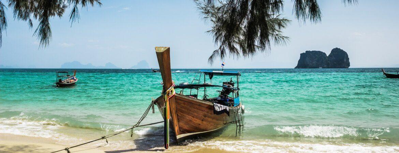 Strand mit Fischerboot auf Ko Kanta in Thailand
