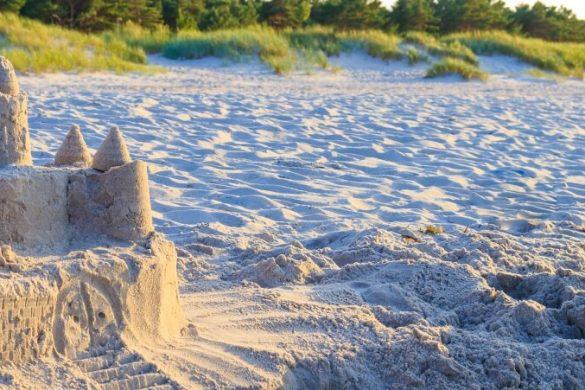 Sandburg am Ostseestrand von Rügen in Deutschland