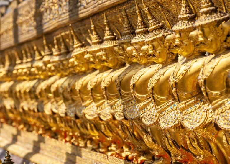 Der Smaragdbuddha wird von vielen goldenen Buddhas flankiert