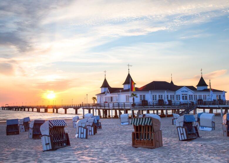 Strand auf der Ostseeinsel Usedom in Deutschland mit der Seebrücke Ahlbeck