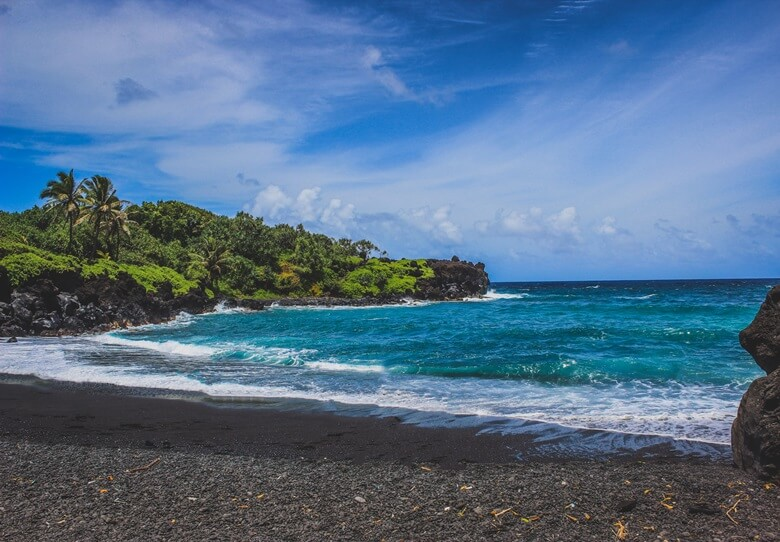 Schwarzer Waianapanapa Beach auf Hawaii
