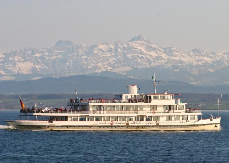 Schiff Weisse Flotte am Bodensee mit Blick auf Berge