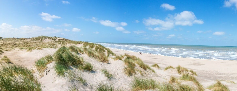 Blick über Strand in Westflandern in Belgien