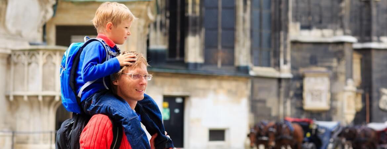 Ein Vater mit seinem Sohn in der Innenstadt von Wien, Österreich