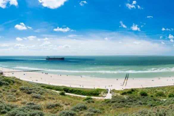 Panoramablick über Strand in Zeeland in den Niederlanden