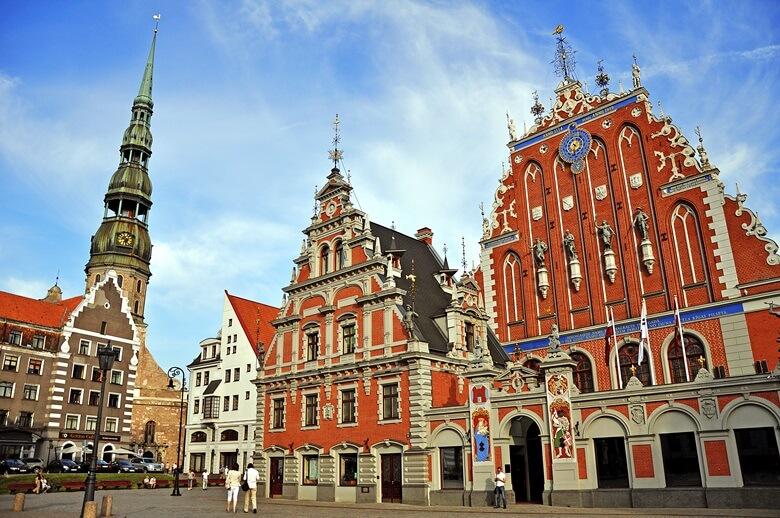 Der Rathausplatz mit der St. Petri Kirche in Rigas Altstadt
