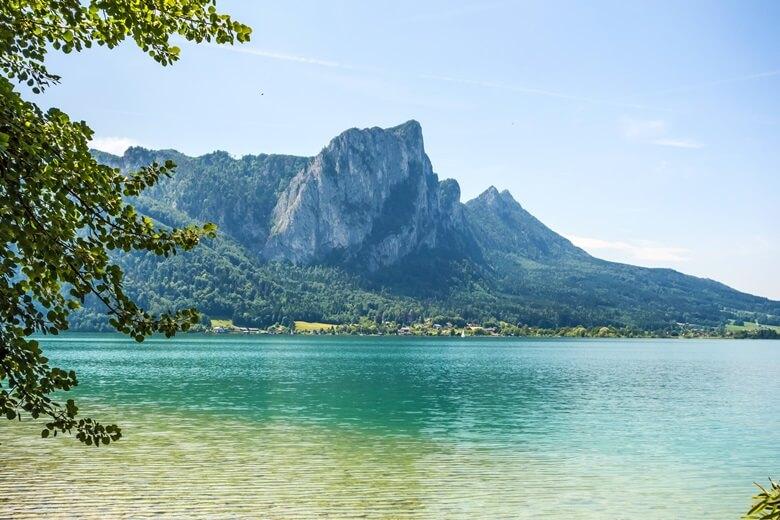 Blick auf die Berge vom Attersee in Österreich