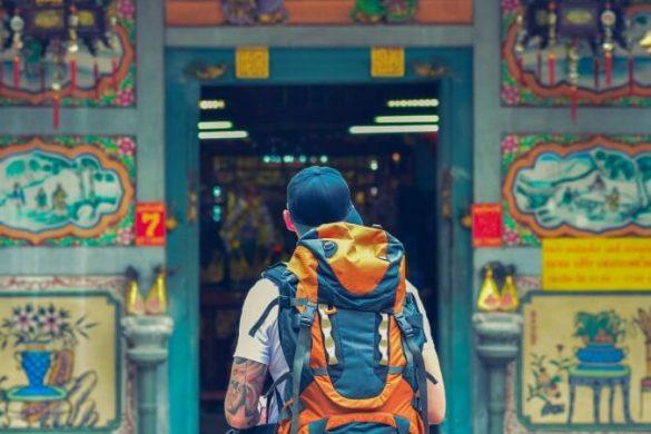 Ein Backpacker schaut sich einen Tempel in Bangkok, Thailand, an