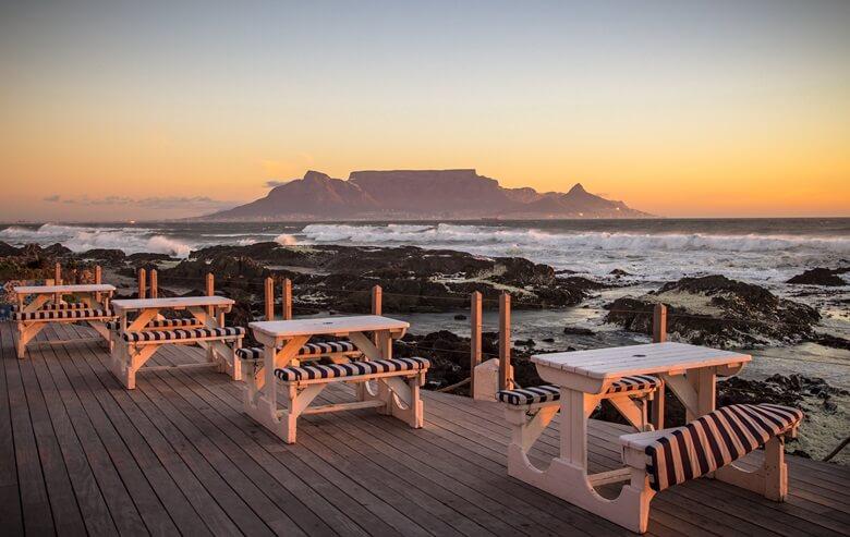 Sonnenuntergang am Bloumbergstrand in Kapstadt mit Blick auf den Tafelberg