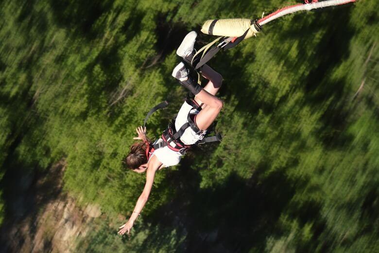 Bungee-Jumperin springt von der Bloukrans Bridge in Südafrika