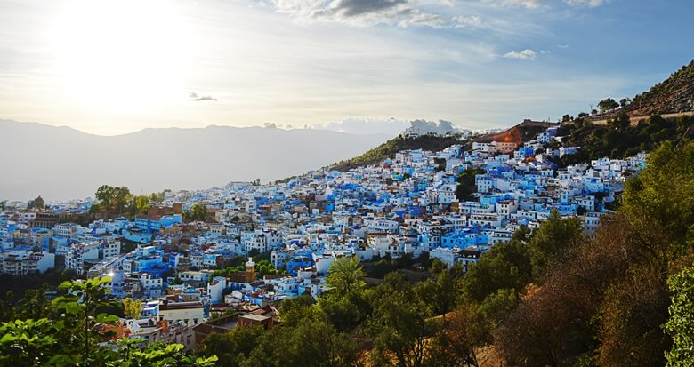 Blick auf die blaue Stadt Chefchaouen im Rif-Gebirge in Marokko
