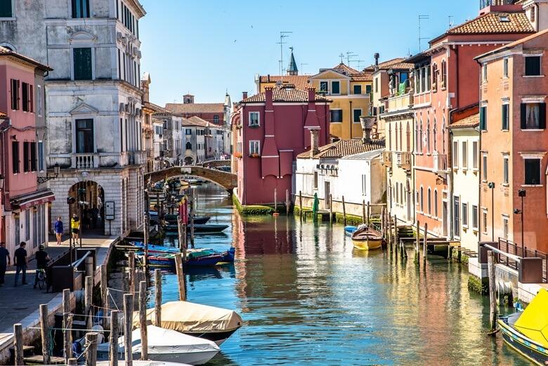 Boote und Kanal in der charmanten Stadt Chioggia in Italien