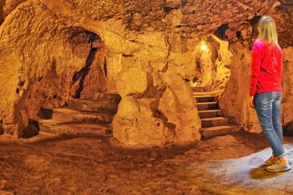Frau betrachtet die unterirdische Stadt Derinkuyuin der Türkei