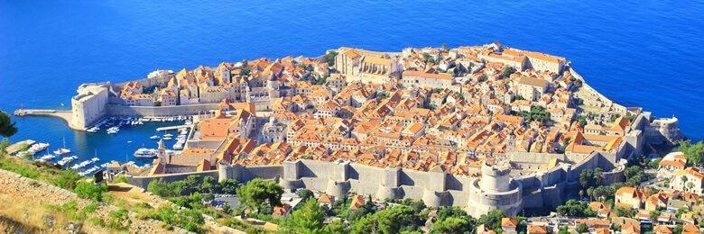 Kroatische Stadt Dubrovnik mit Festungsmauern aus der Vogelperspektive