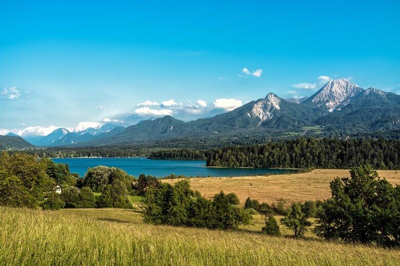 Blick über den Faaker See und die Berge in Österreich