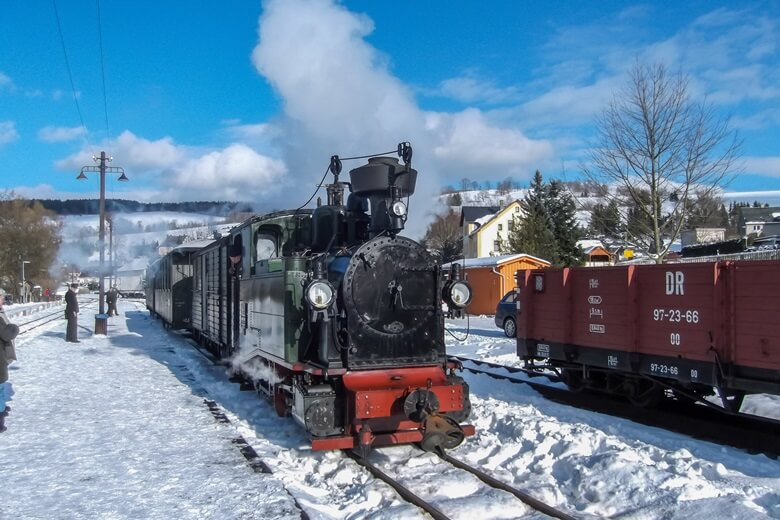Die berühmte Fichtelbergbahn im Erzgebirge bei Schnee