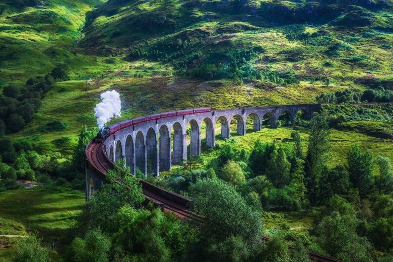 Glenfinnan Railway Viaduct in Schottland mit Hogwarts-Express