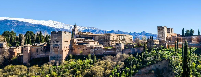 Granada in Südspanien vor der schneebedeckten Sierra Nevada