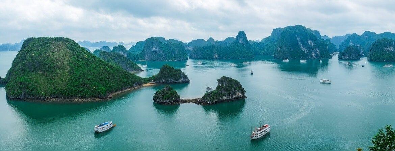 Blick über die weltberühmte Halong-Bucht mit Booten in Vietnam