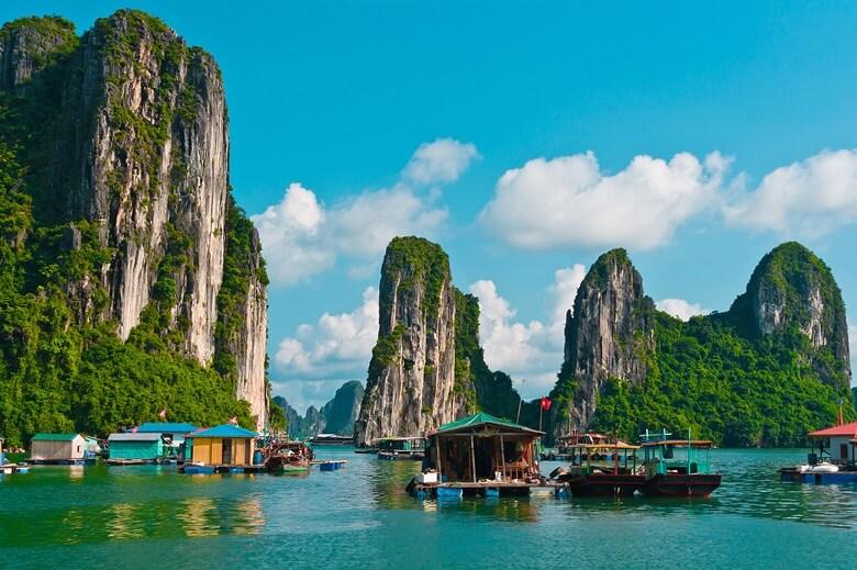 Schiffe in der weltberühmten Halong-Bucht in Vietnam