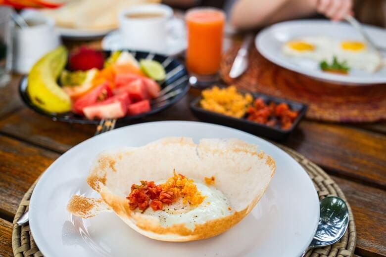 Traditionelle Pfannkuchen und frisches Obst in Sri Lanka