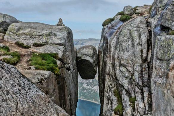 Kjeragbolten in Norwegen mit Aussicht auf den Lysefjord
