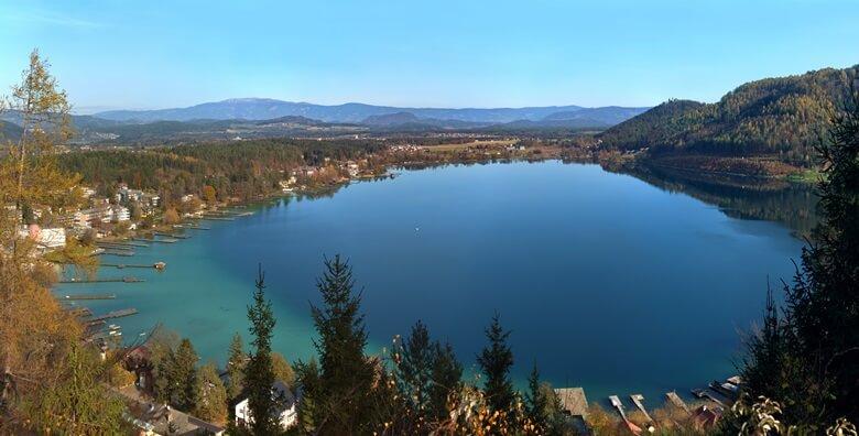 Blick über den Klopeiner See und die umliegende Landschaft in Österreich