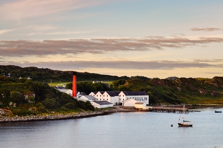 Lagavulin-Distillery in Schottland direkt am Wasser