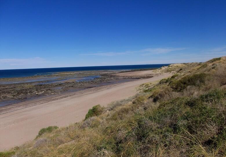 Blick auf den Strand von Las Grutas in Argentinien