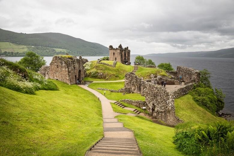 Urquhart Castle bei Loch Ness in Schottland