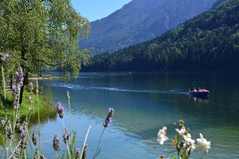 Luzer See in Österreich mit Boot und Bergen im Hintergrund