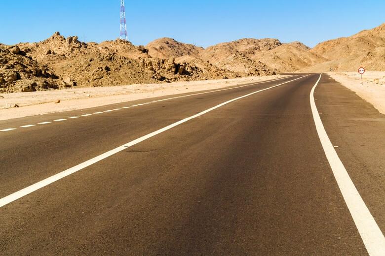 Die Wüstenstraße von Luxor nach Hurghada in Ägypten