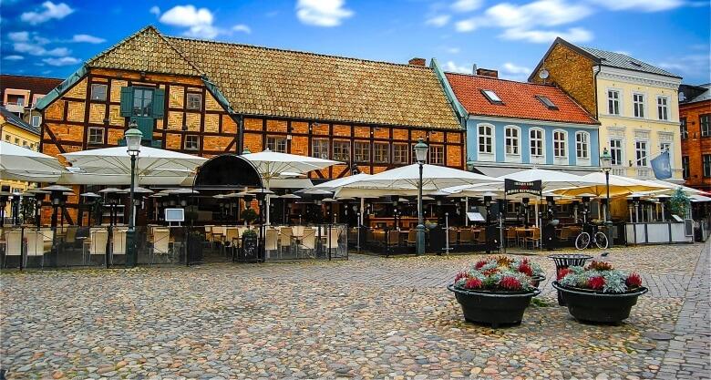 Cafés und Fachwerkhäuser am Platz Lilla Torg in der Altstadt von Malmö, Schweden
