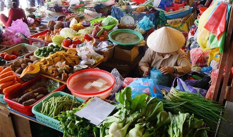 Händler verkauft frisches Gemüse auf einem Markt in Vietnam